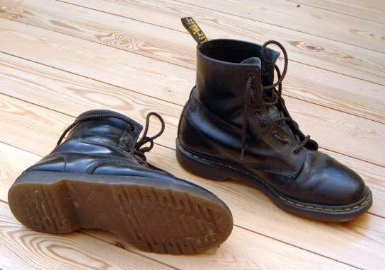 Dr_Martens,_black,_old